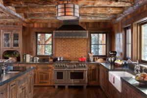 کابینت های چوبی در آشپزخانه ای روستایی